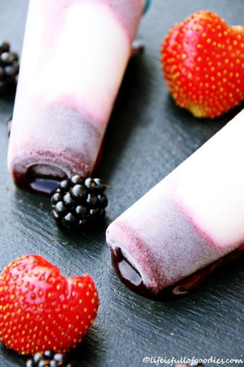 Brombeer-Erdbeer-Popsicles mit Joghurteis
