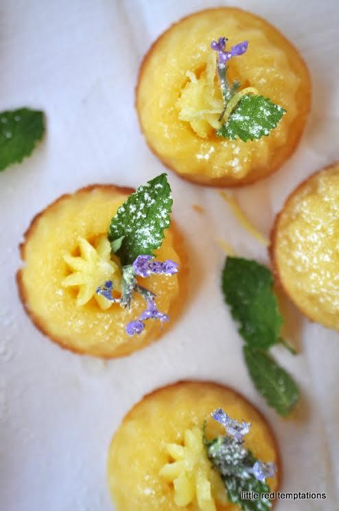 Zitronenkokos-Gugl mit Zitronenbuttercreme, Zitronenminze und blauem Krönchen von Christine von Little Red Temptations