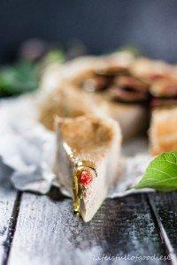 Zimt-Rahmkuchen mit frischen Feigen und Honig