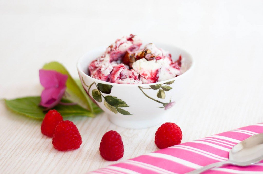 Low Carb Himbeer Cheesecake Eis mit kandierten Mandeln von Low Carb Köstlichkeiten