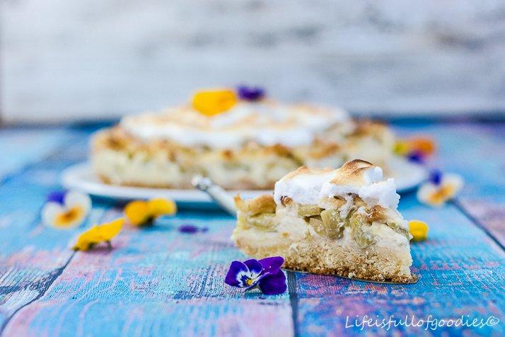 Rhabarberkuchen mit Vanillecreme und Baiser