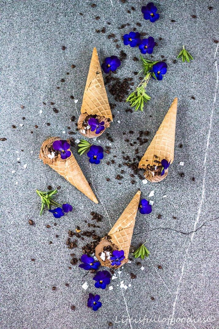 Cremigstes Schoko-Nougat-Eis mit Kardamom
