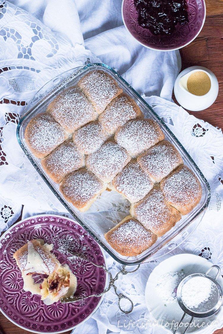 Buchteln mit Kirschfüllung und Vanillesauce