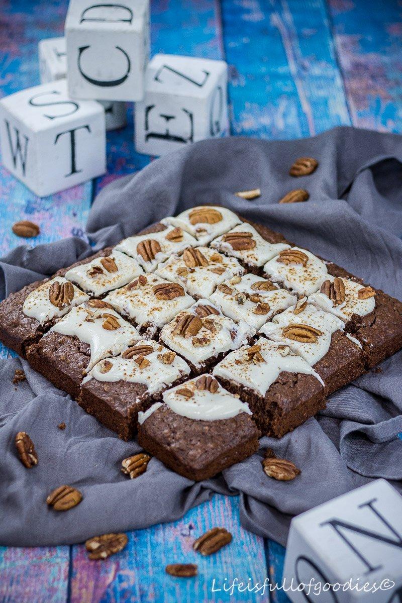 Pekannuss-Karotten-Brownies mit cremigem Frosting