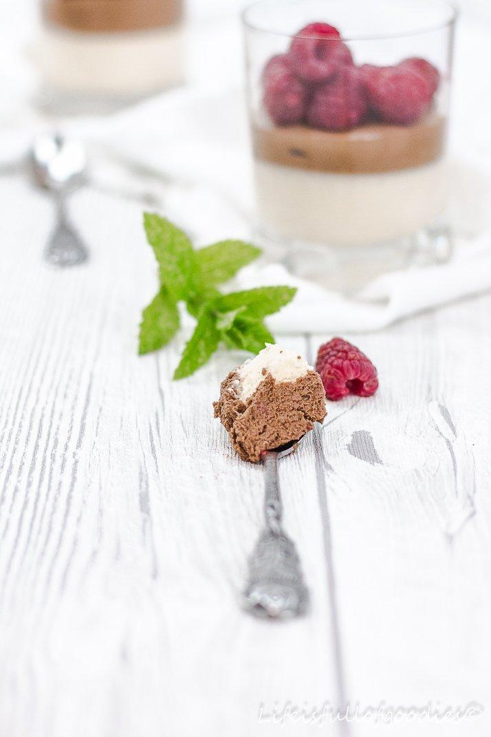 Zweierlei Mousse au Chocolat mit Himbeeren