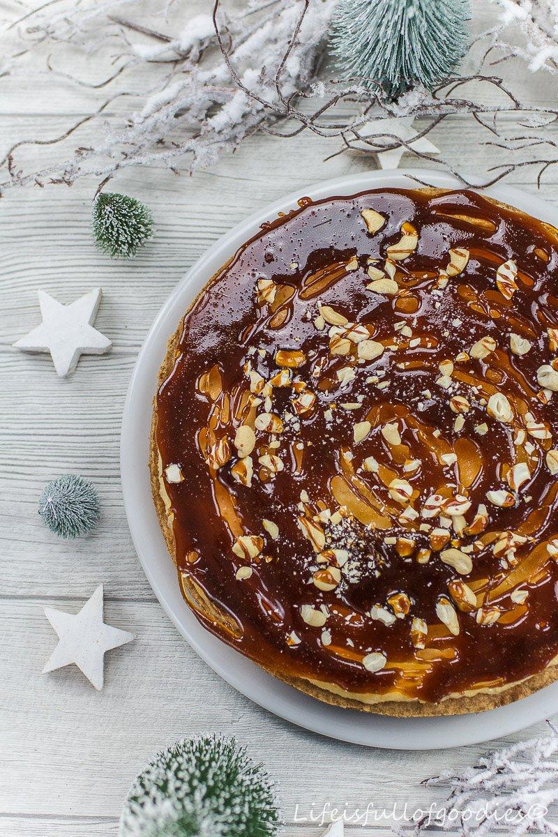 Klassischer Rahmkuchen mit Karamellscheibe als Deko