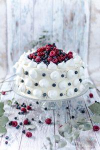 Beerentorte – eine ruck zuck verzierte Schwarz-Weiß-Torte