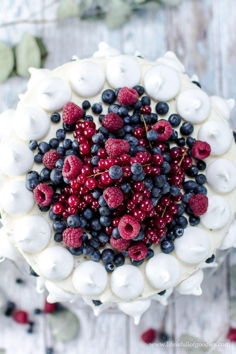 Beerentorte - eine ruck zuck verzierte Schwarz-Weiß-Torte