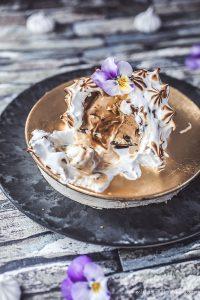 Baked Alaska – mit Dulce de leche Eis, Schokohülle & Karamellkern