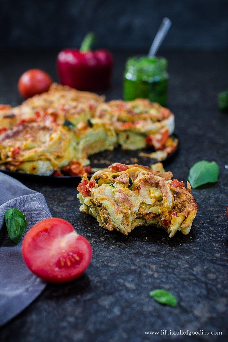 Bärlauch- oder Basilikumpesto und Veggie-Pesto-Pizzaschnecken