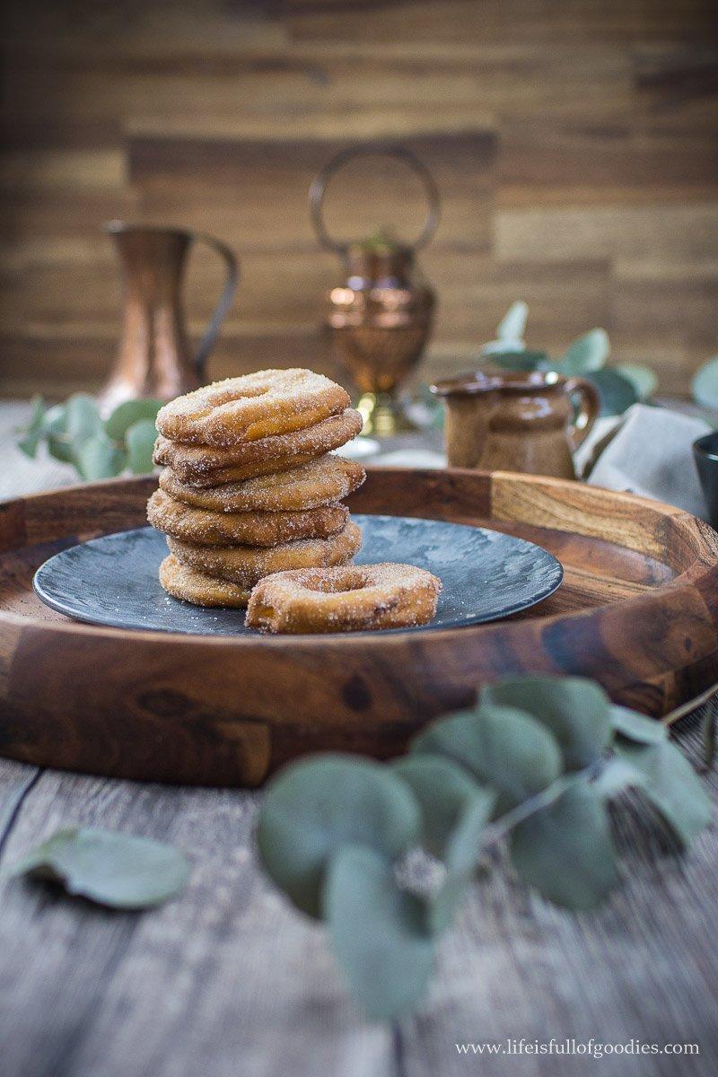 Apfelküchle mit süßer Weinschaumsauce und Kartoffelsuppe
