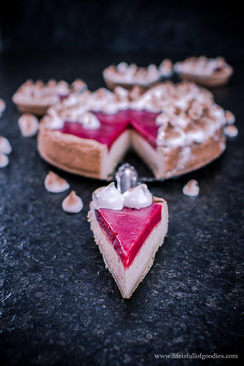 Käsekuchen mit Erdbeer-Rhabarbertopping und Baiser