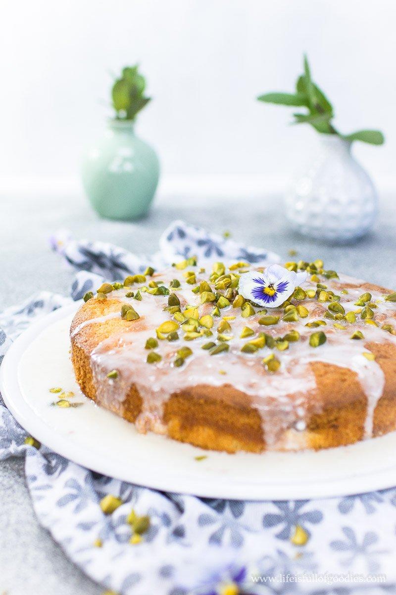 Rhabarberkuchen mit Zitronenguss und Pistazien