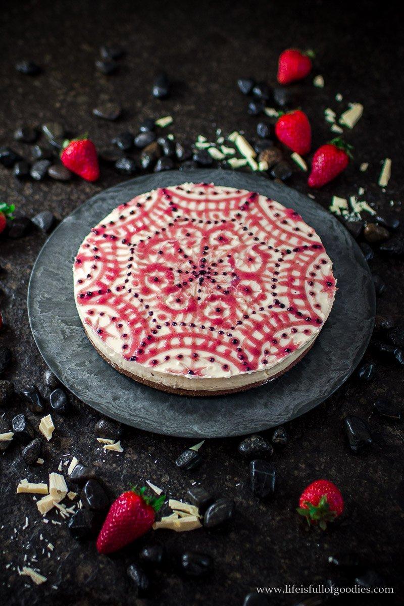 No Bake Eierlikör Cheesecake mit Erdbeer-Mandala