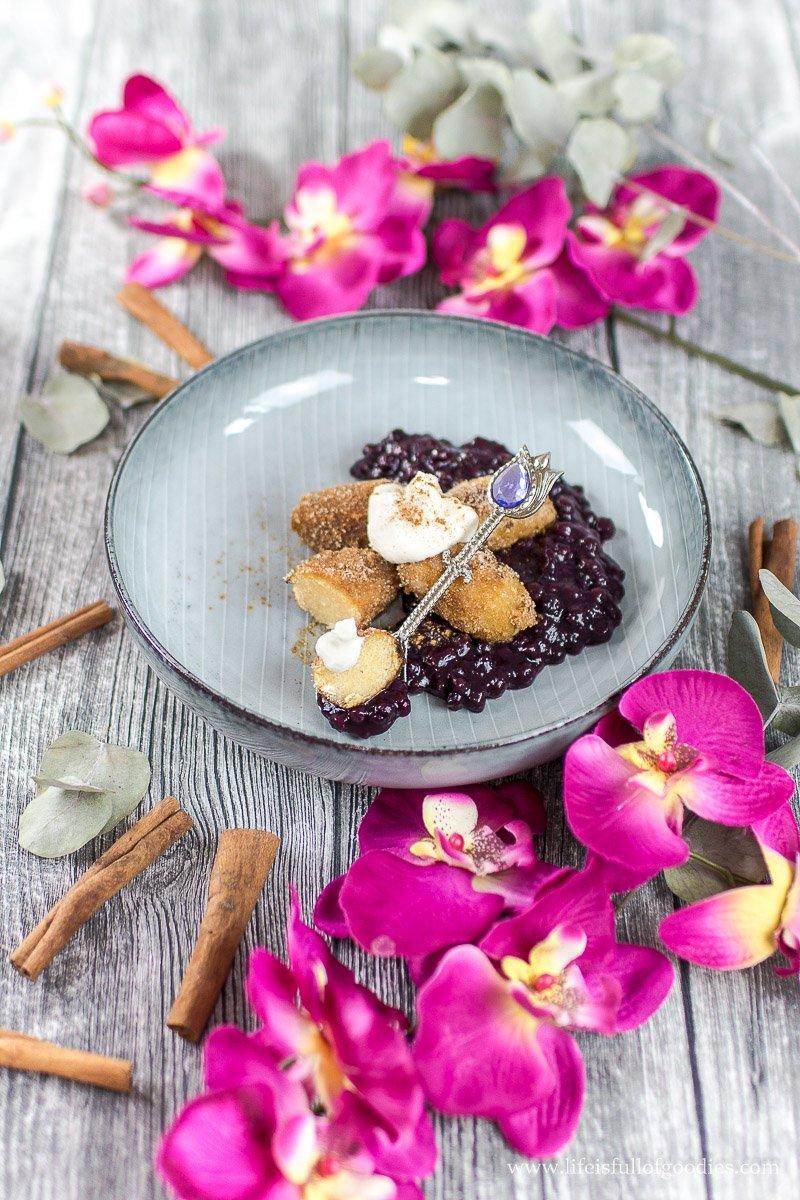 Süße Grieß-Kartoffelknödel mit Holunderblüten-Heidelbeerkompott