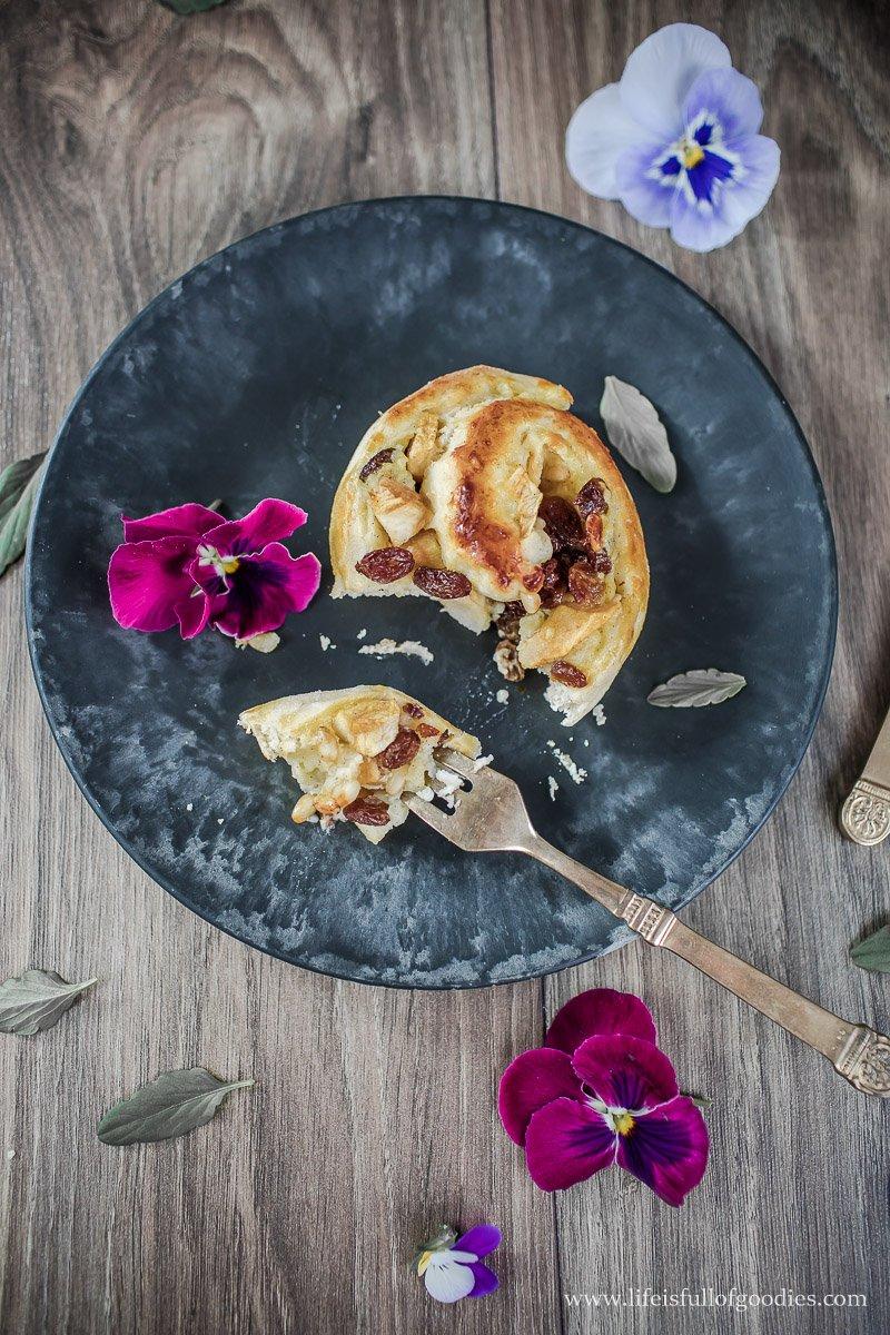 Hefeschnecken mit Vanille, Äpfeln und Pinienkernen