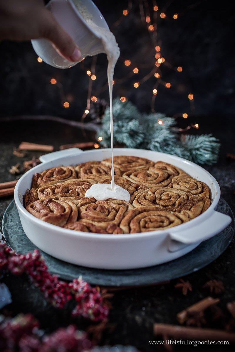 Weihnachtliche Zimtschnecken mit cremigem Zimtguss