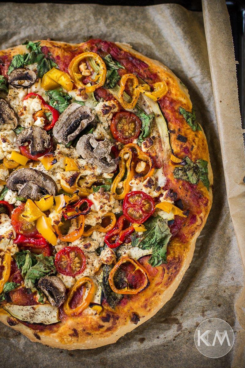 Veggie Pizza mit Schafskäse, Paprika und Champignons