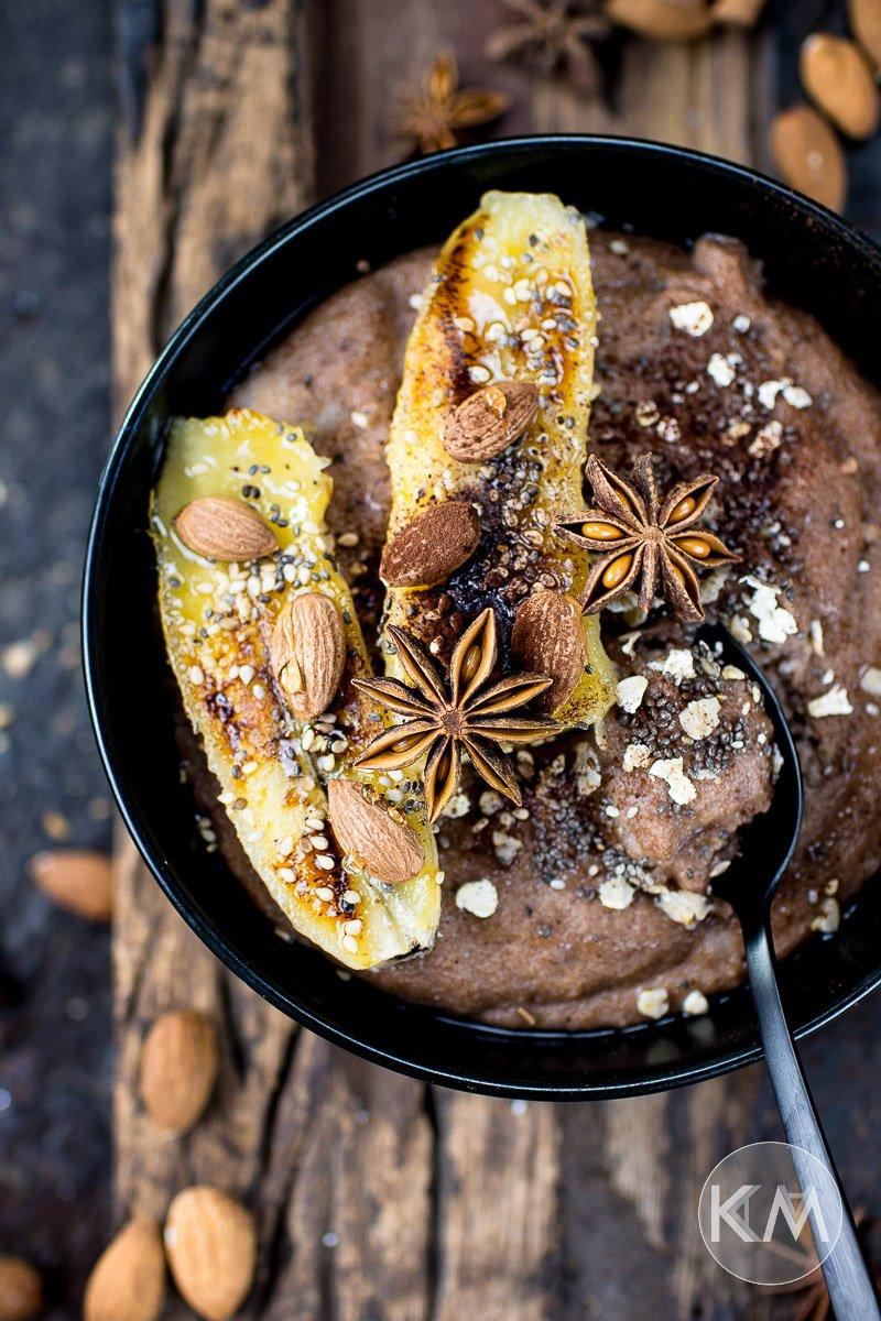 Winterlich gewürzter Schoko-Grießbrei mit gebratener Banane