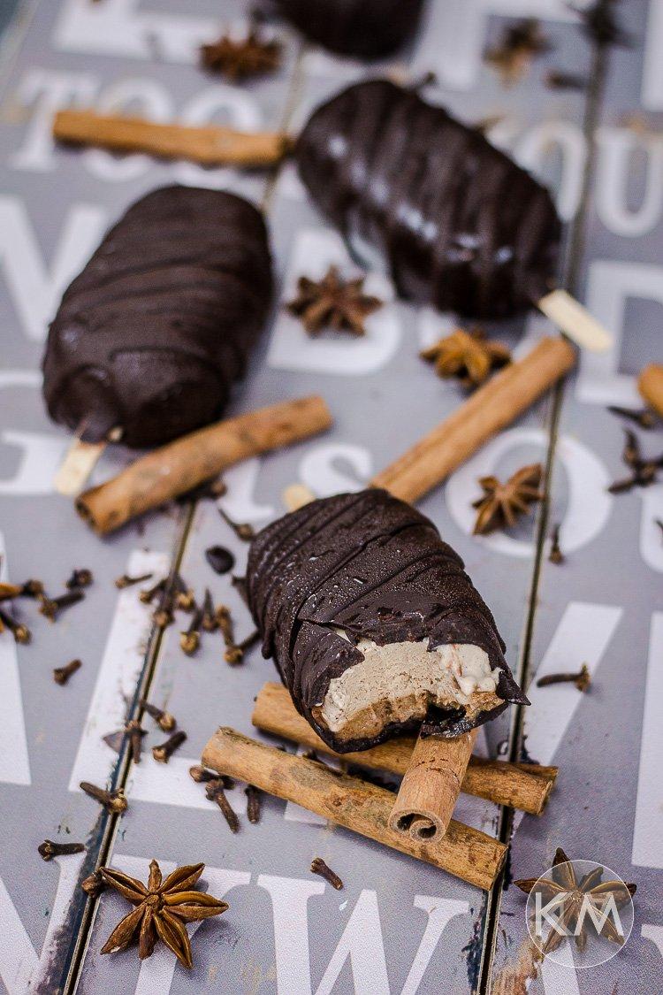 Veganes Chai Karamell Eis mit Schokokruste
