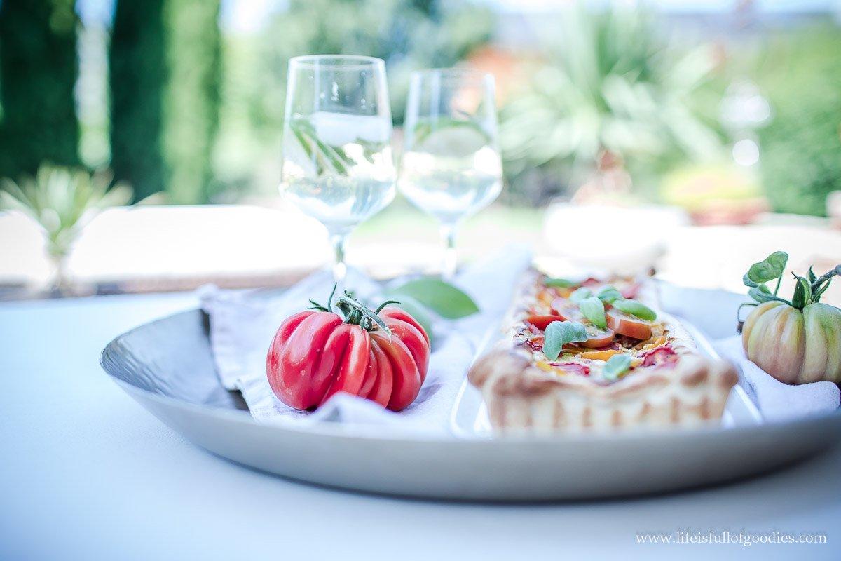 Tomaten-Basilikum-Tarte und alkoholfreier Hûgo