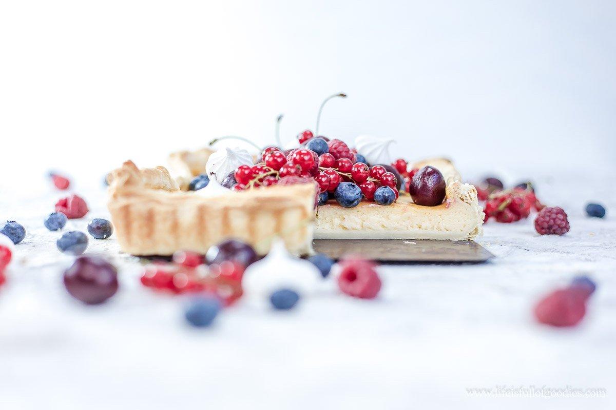Milchtarte mit frischen Beeren