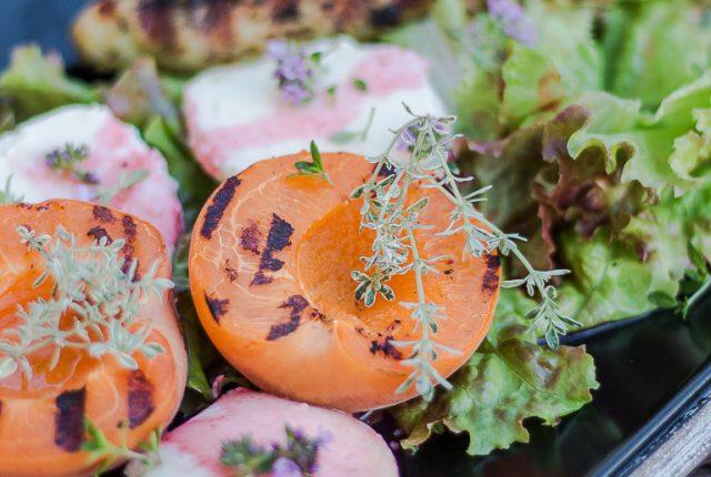 Salat mit gegrillten Aprikosen, Mozzarella und Hähnchensticks