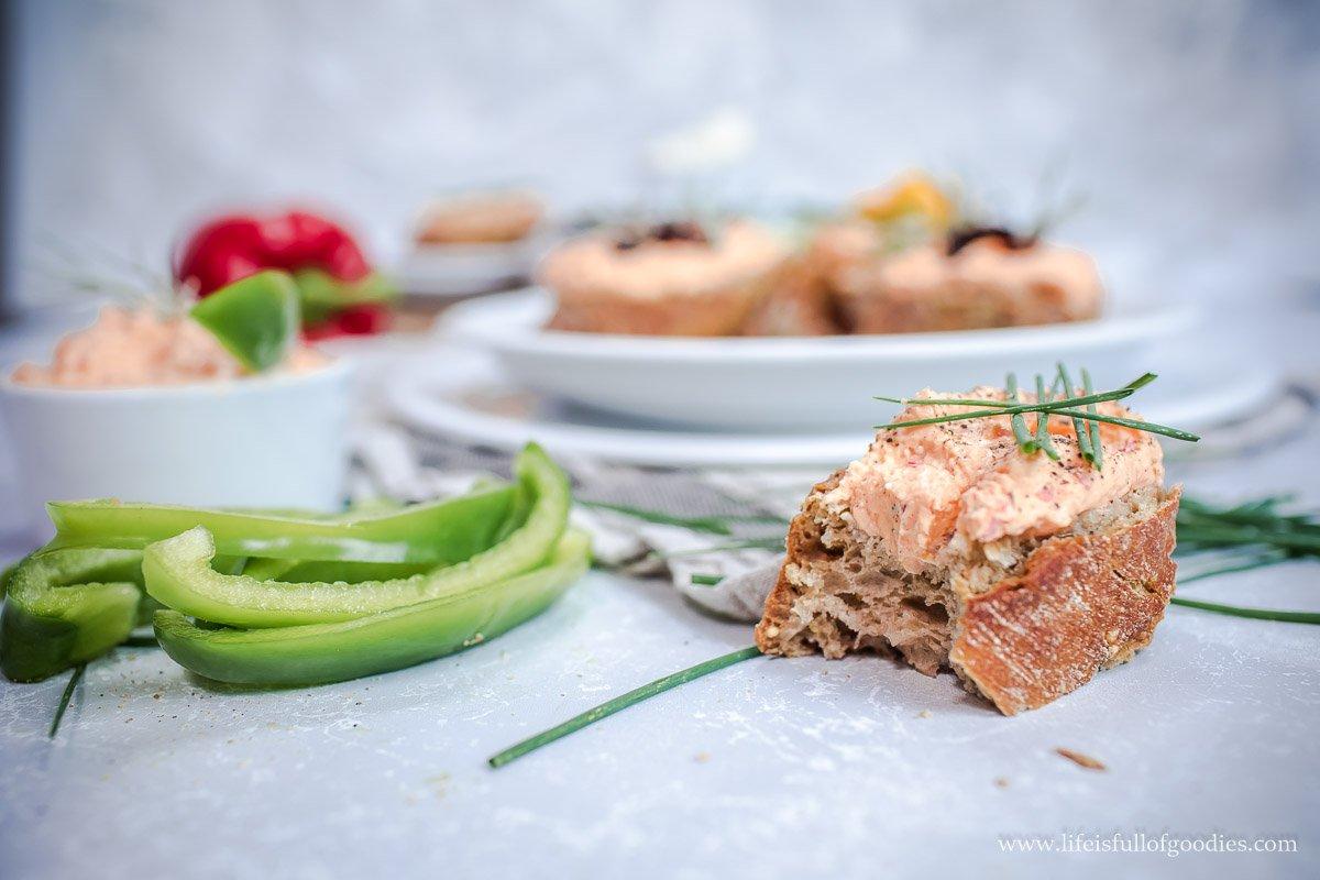 Paprika-Käsecreme mit karamellisierten Balsamico-Schalotten