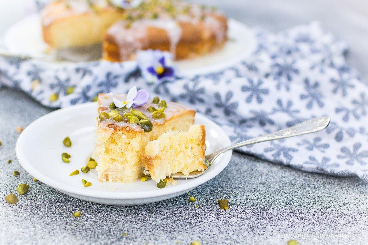 Rhabarberrührkuchen mit Zitronenguss und Pistazien – sooo saftig!