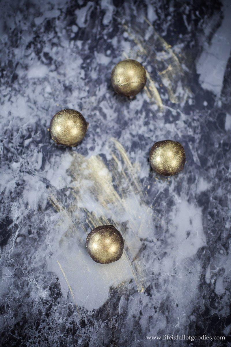 Amarettokugeln mit essbarem Goldstaub