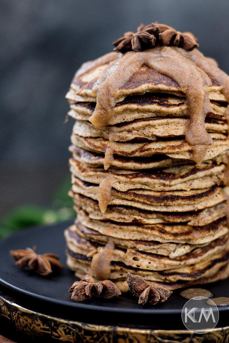 Chai Pancakes mit gesundem Dattelkaramell