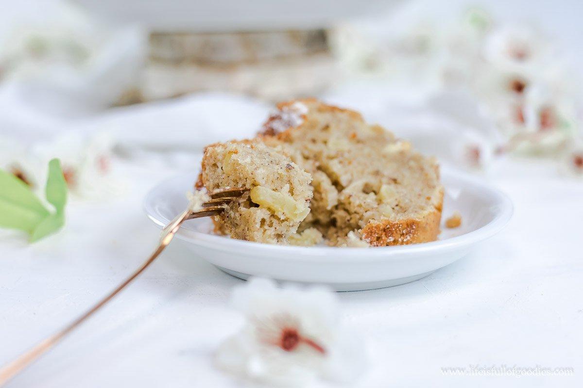 Eierlikör-Nusskuchen mit Äpfeln