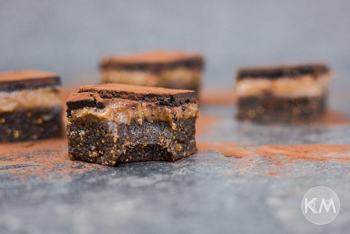 Gesunde Karamell Brownies mit Schokoschicht