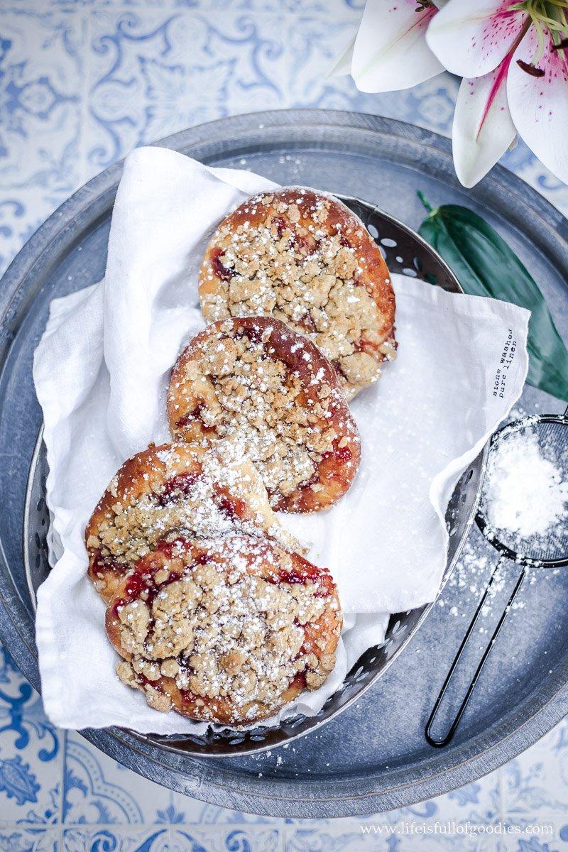 Streuseltaler mit Marmelade und Zimtstreuseln