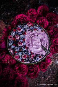 Skyr Berry Bowl mit Superfood Topping