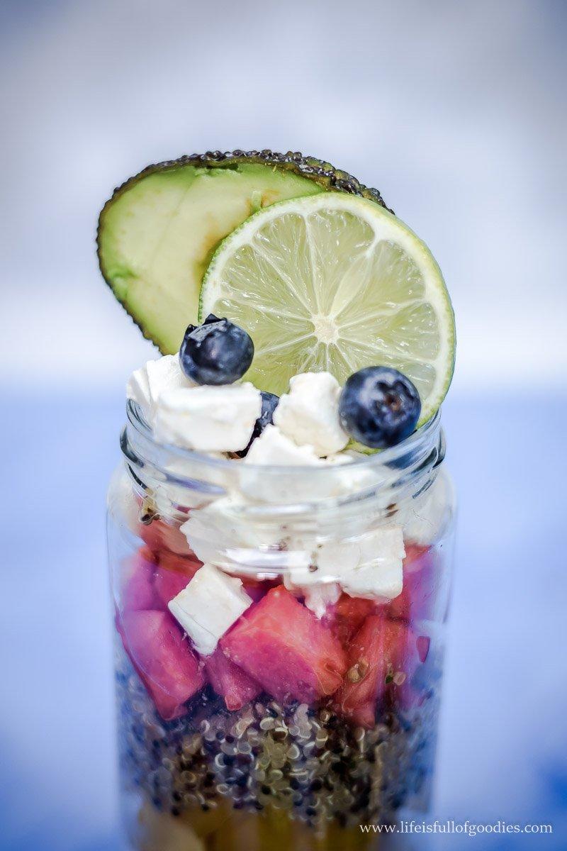 Quinoa Salat im Glas mit Wassermelone und Feta