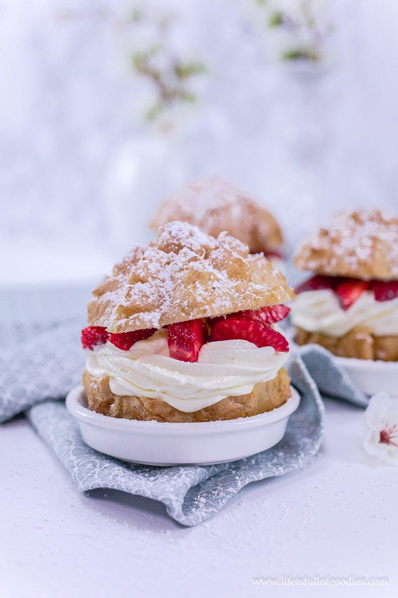 Windbeutel mit Vanillecreme und Erdbeeren