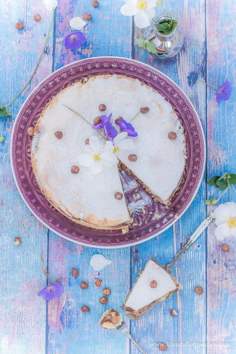 Gedeckter Apfelkuchen mit Nüssen und Rosinen