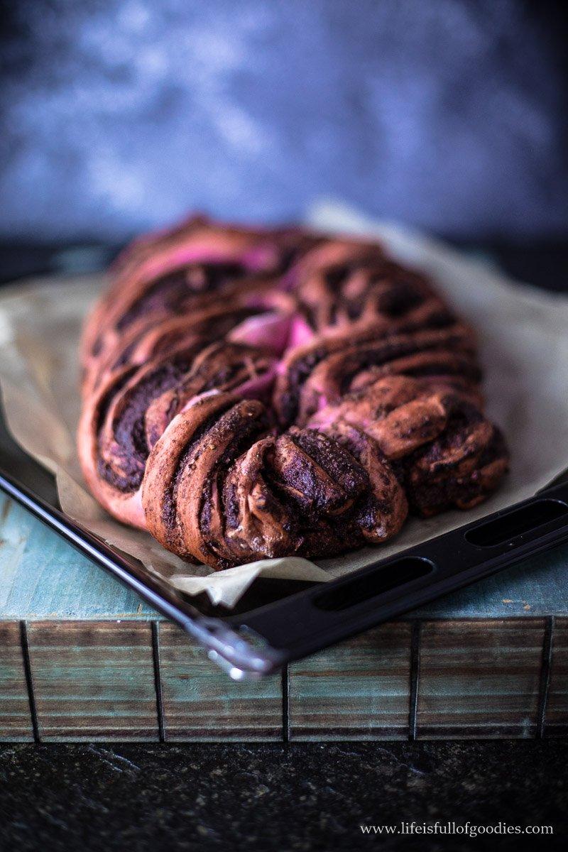 Pinker Hefezopf mit Kakao-Nussfüllung