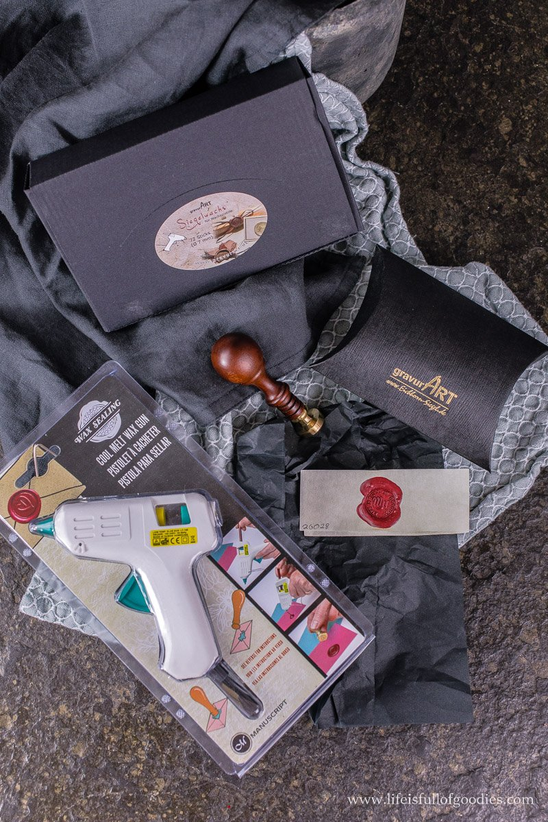 Geschenke mit persönlichen Siegeln schmücken