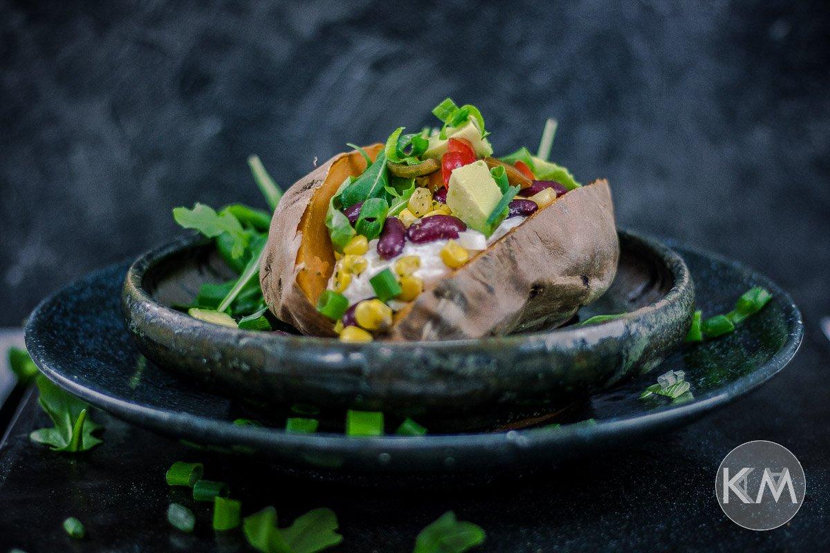 Gebackene und gefüllte Süßkartoffel