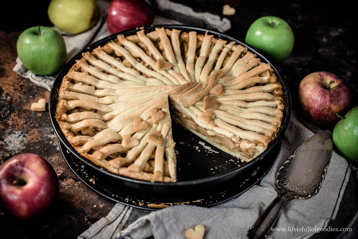 Gedeckter Apfelkuchen aus Südtirol