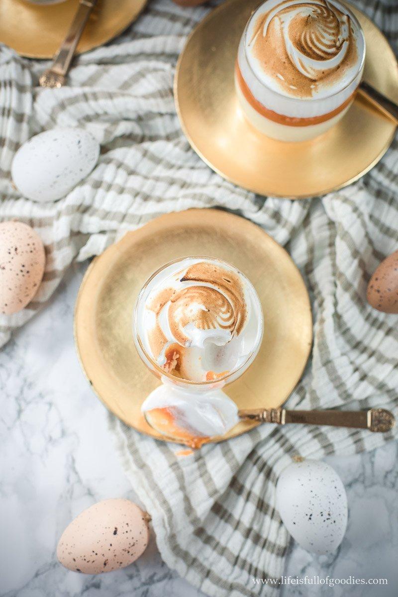 Eierlikörmousse mit weißer Schokolade, Karottenmarmelade und Baiser