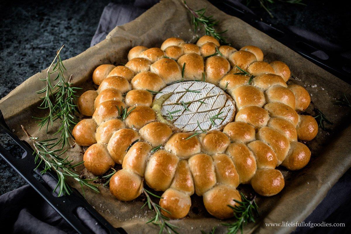 Kugelbrot mit gebackenem Camembert und Honig