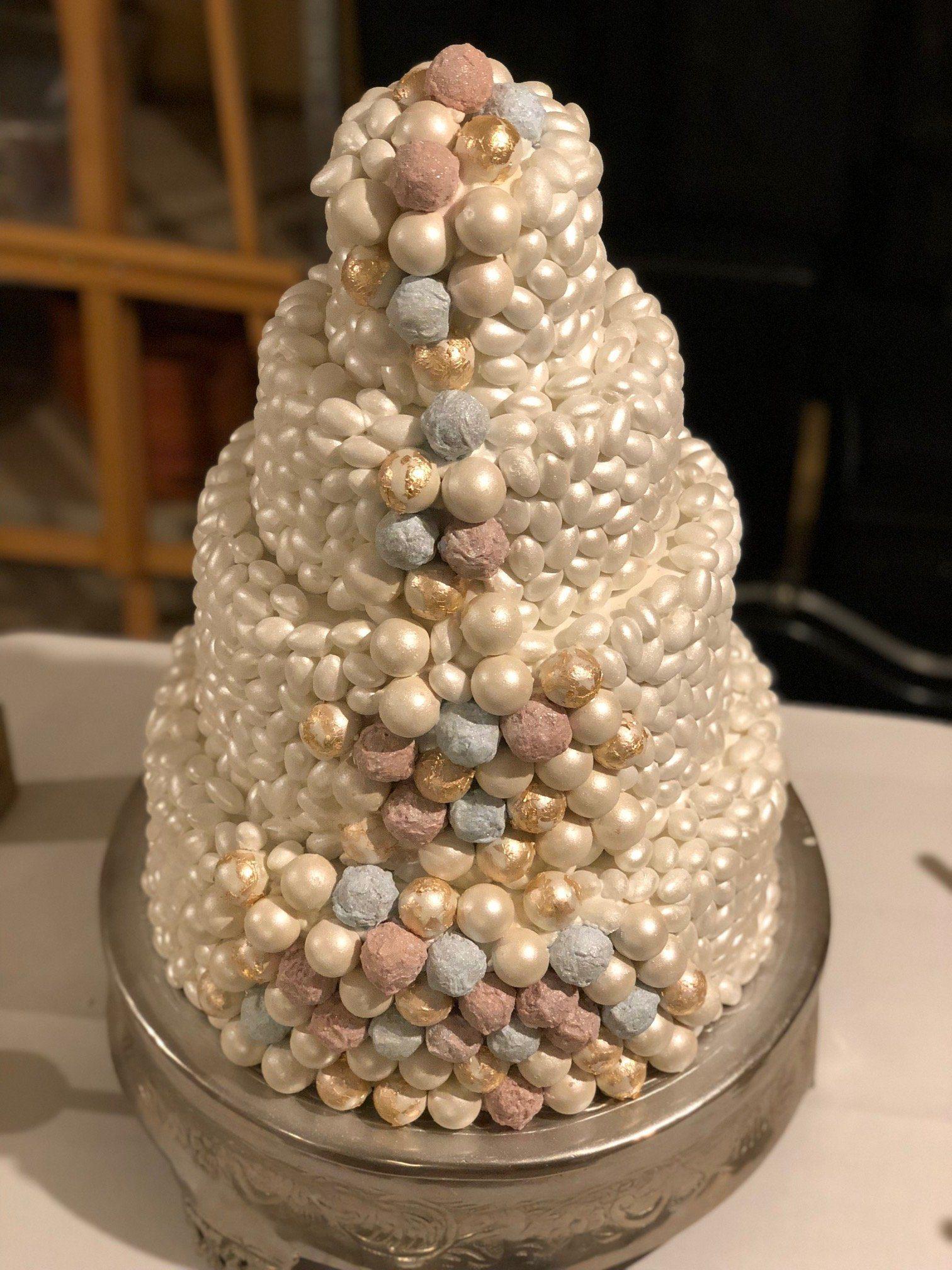 """Eine Hochzeitstorte mit """"Perlen"""" und Pralinen"""