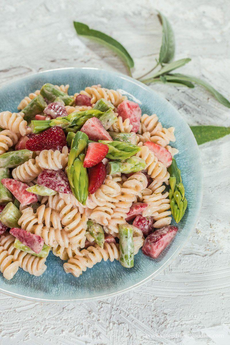 Nudelsalat mit grünem Spargel und Erdbeeren