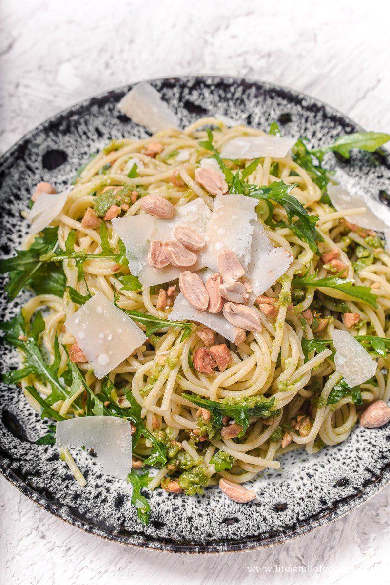 Spaghetti mit Rucola-Erdnuss-Pesto