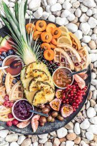 Waffle Board – Waffeln mit gegrillter Ananas, Früchten und süßen Dips