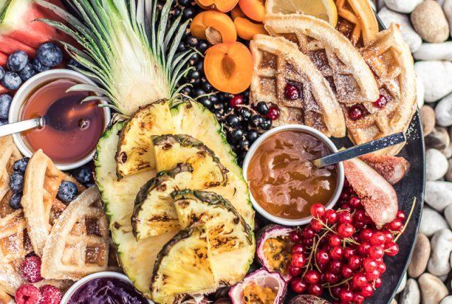 Waffle Board - Waffeln mit gegrillter Ananas, Früchten und süßen Dips