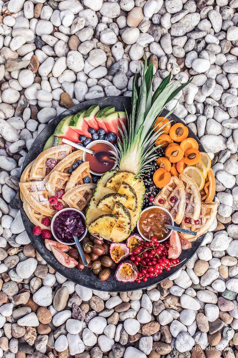 Waffle Board - Waffeln mit gegrillter Ananas, süßen Dips und Obst